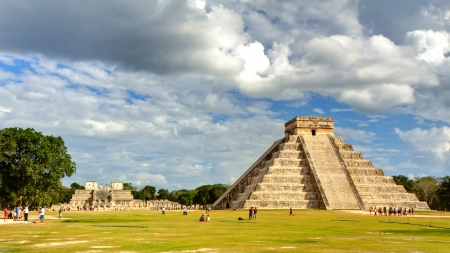 Mayan pyramid of Kukulcan El Castillo in Chichen Itza, Mexico  스톡 콘텐츠