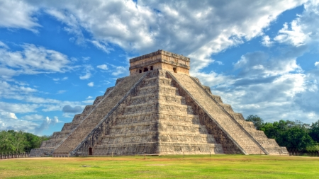 Mayan pyramid of Kukulcan El Castillo in Chichen Itza, Mexico  版權商用圖片