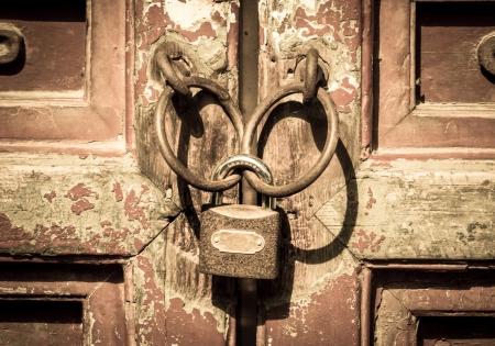 Close-up metalen deur met vergrendeling in grungy stijl