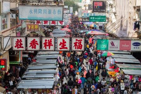 Overvolle marktkramen in de oude wijk in Hong Kong met landmassa van 1.104 km en 7 miljoen mensen, Hong Kong is een van de meest dichtbevolkte gebieden in de wereld Redactioneel