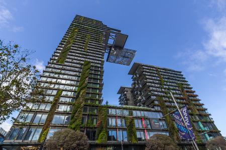 Eco-vriendelijke One Central Park gebouw aan Central Park, Sydney ontworpen door Jean Nouvel, met verticale tuinen door Patrick Blanc en LED kunst van Yann Kersale