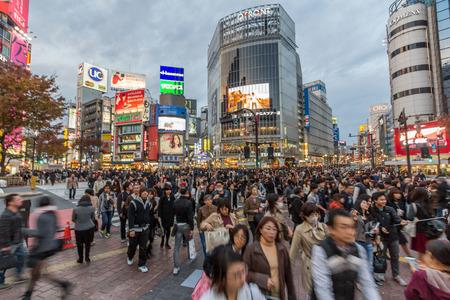 Shibuya è famosa per il suo attraversamento scramble. Si ferma veicoli in tutte le direzioni per consentire ai pedoni di inondano l'intera intersezione. Archivio Fotografico - 37336702