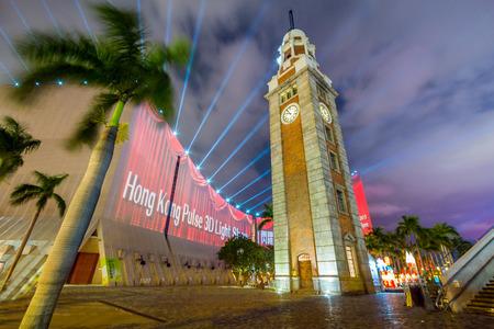 De Clock Tower in Tsim Sha Tsui, Kowloon, Hong Kong in de nacht. Het is het enige overblijfsel van de oorspronkelijke site van het voormalige station Kowloon op de Kowloon-Canton Railway.