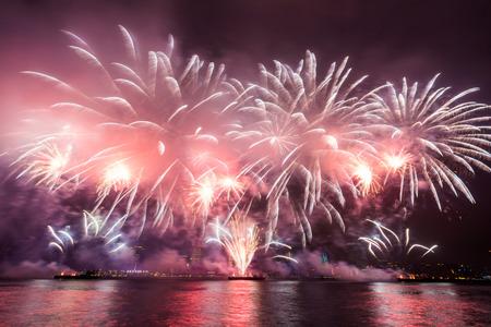 홍콩 빅토리아 항구 (Victoria Harbour)에서 새해 불꽃 놀이입니다.