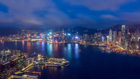 夕暮れ時に Hong Kong のスカイラインの眺め。Hong Kong は、アジアの主要な金融拠点のひとつです。