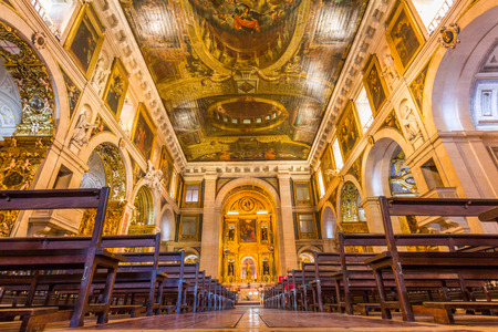 Het interieur van de kerk van Sao Roque in Lissabon, Portugal. Het was de eerste jezuïetenkerk in de Portugese wereld, en één van de eerste Jezuïeten kerken overal.