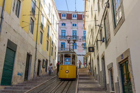 ascensor: The Bica Funicular is a funicular in Lisbon, Portugal, that forms the connection between the Calada do Combro and the Rua de S. Paulo.