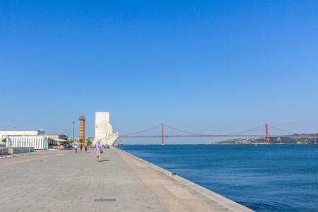 descubridor: Monumento a los Descubrimientos es un monumento en la orilla norte del r�o Tajo en Belem, Lisboa. Puente 25 de Abril se puede ver en el fondo.