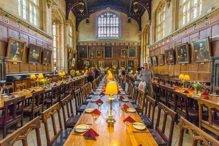 De grote zaal van de Kerk van Christus, de Universiteit van Oxford, Engeland. Het is het centrum van het college leven, waar academische gemeenschap samenkomt om elke dag te dineren.