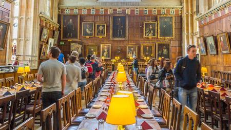 キリスト教会、オックスフォード大学、イギリスの大ホール。学術コミュニティが毎日の食事に集まる大学生活の中心です。 報道画像