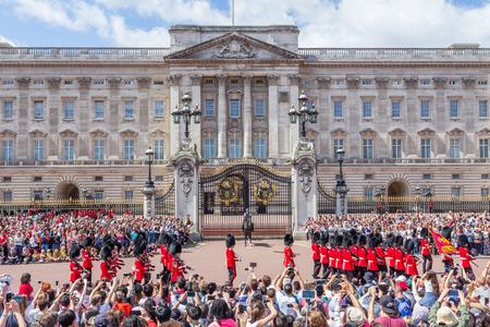 Royal Guards in de traditionele wisselen van de wacht ceremonie in de buurt van Buckingham Palace.