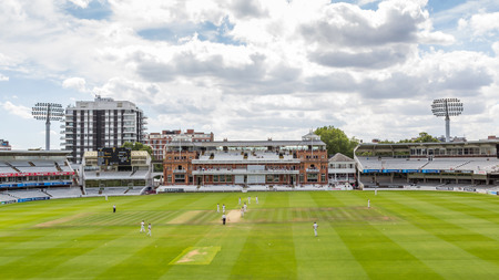 De Victoriaanse tijdperk Paviljoen op Cricket Ground Lord's in Londen, Engeland. Het wordt aangeduid als de thuisbasis van cricket en is de thuisbasis van 's werelds oudste cricket museum. Redactioneel