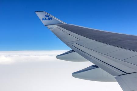 AMSTERDAM, NEDERLAND - 25 november 2015: Wing sectie van een KLM-vlucht. Het is de nationale luchtvaartmaatschappij luchtvaartmaatschappij van Nederland. KLM heeft haar hoofdkantoor in Amstelveen, met zijn hub in het nabijgelegen Amsterdam Airport Schiphol.
