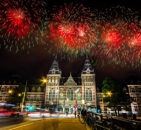 Spectaculair Vuurwerk over het Rijksmuseum op het Museumplein in Amsterdam, Nederland Stockfoto