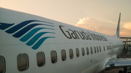Een Garuda Indonesia vliegtuig bij zonsopgang