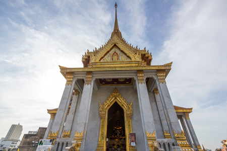 weighs: Wat Traimit temple in Bangkok, Thailand. It houses Phra Phuttha Maha Suwana Patimakon gold buddha statue which is 3 metres tall and weighs 5.5 tonnes. Stock Photo