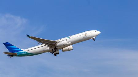 홍콩 국제 공항에서 출발하는 가루다 인도네시아 비행기입니다. 가루다 인도네시아 항공은 인도네시아의 국가 항공사입니다.