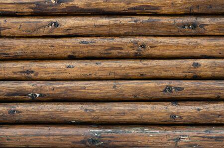 Muro dipinto di marrone di un cottage chalet in legno di pino