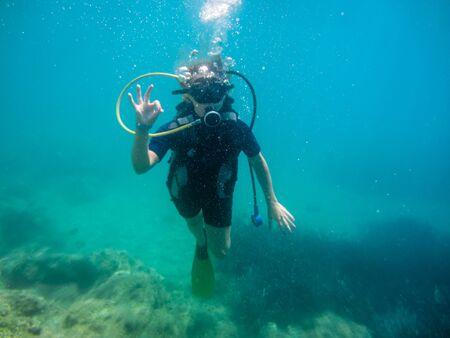 Vacaciones de verano en Corfú, Grecia. Mujeres jóvenes con buceo en el mar Mediterráneo.