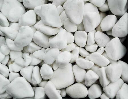 Pile  of white naturale    stones used to decorate the garden or parts of the house Banque d'images - 133061500