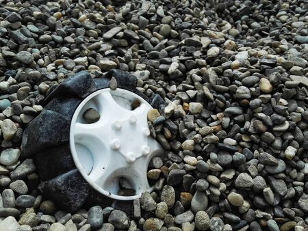 toy wheel forgotten in gravel Banque d'images - 133062170