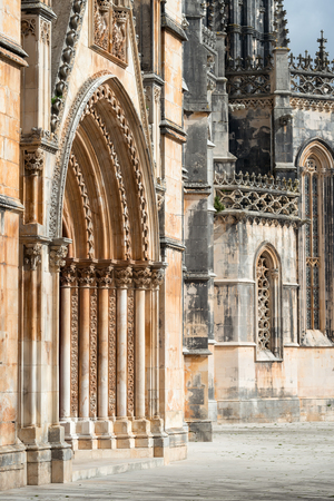 fasade: The Monastery of Batalha, literally the Monastery of the Battle, is a Dominican convent in the civil parish of Batalha, in the district of Leiria, in the Centro Region region of Portugal.