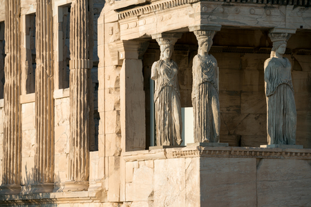 buen trato: Las réplicas de estatuas Cariátides del Erecteion templo, Acrópolis de Atenas, gozan de buena parte de la atención de los visitantes. Foto de archivo