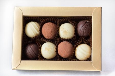 cafe bombon: Una caja de oro con ocho chocolates surtidos