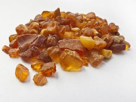 punhado: handful of amber on white background Banco de Imagens