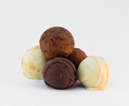 cafe bombon: Cinco dulces de chocolate redondas sobre fondo gris
