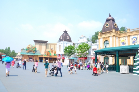 fiestas: EVERLAND, YONGIN, KOREA - June   The unidentified tourists are travelling and enjoy shopping on June 19-23, 2012 at Everland, Yongin, Korea.