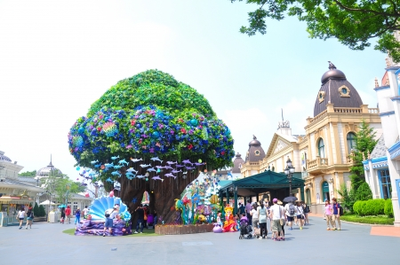 EVERLAND, YONGIN, KOREA - June   The unidentified tourists are travelling and enjoy shopping on June 19-23, 2012 at Everland, Yongin, Korea. Stock Photo - 14148832