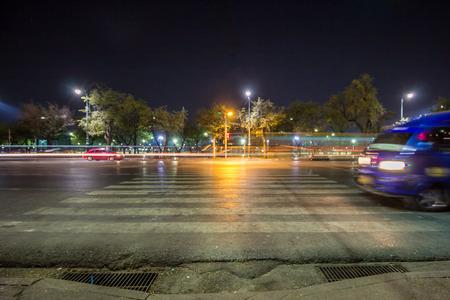 paso de peatones: Paso de peatones Noche Foto de archivo