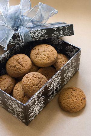 galletas: cookies en una caja con un arco