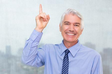 Portret van succesvolle hogere Kaukasische zakenman die overhemd en band dragen die idee hebben. Manager camera kijken, wijsvinger en glimlachen