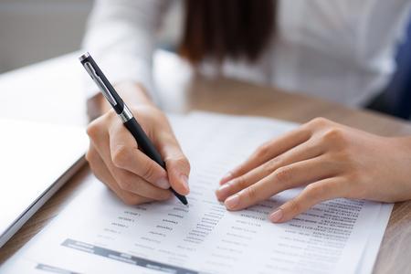 Bijkomende mening van de pen van de persoonsholding en het bekijken door document bij bureau