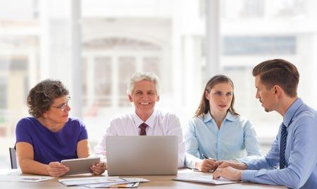 Sourire homme d'affaires senior à la discussion avec l'équipe Banque d'images