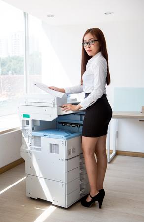 hoja de calculo: copia de documentos asistente de la mujer asiática seria