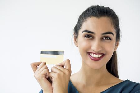 Lachende Latijns-Amerikaanse vrouw met creditcard