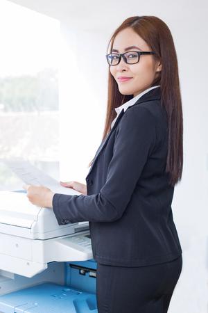 fotocopiadora: Contenido Señora negocio usando Fotocopiadora en Office