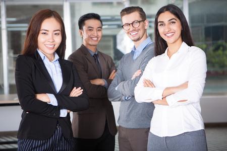 Gelukkig jong commercieel team van vier personen