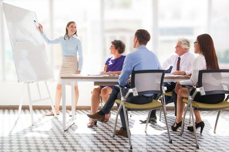 Wesoły biznesmen wyjaśniający strategię