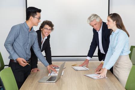 personas discutiendo: La gente de negocios que discuten en la reunión Foto de archivo