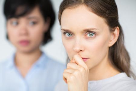 Bezorgd gezicht van jonge Kaukasische zakenvrouw Stockfoto