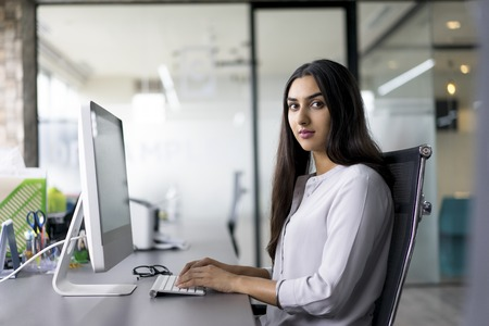 Retrato de confianza empresaria en el ordenador Foto de archivo