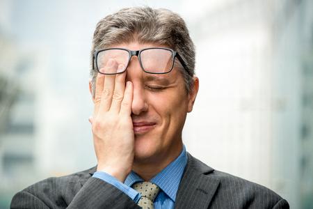 Close-up van lachende beschaamd zaken man