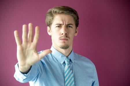Portret van ernstige zakenman met stopgebaar