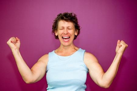 puños cerrados: Excitado mujer senior ganar dinero Foto de archivo
