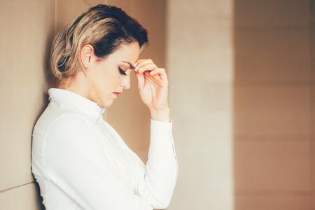 cerrando negocio: Pensando, difícil, mujer de negocios, inclinarse, pared