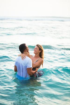Positives Paar Schwimmen in Kleidung